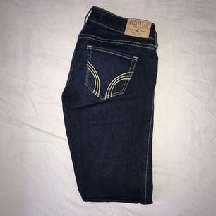 Skitsnygga mörkblå holliterjeans i storlek 25/31, använda endast få gånger då dom är för långa för mig. Köpare betalar för ev. frakt