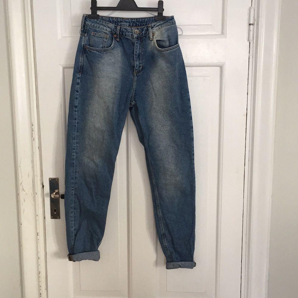 Mom jeans h&m Jag har 27-26 i midjan i vanliga fall men dom här är för stora för mig hög midja 🐋. Jeans & Byxor.