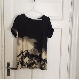 Batik T-shirt, klippt i halsen. 🖤