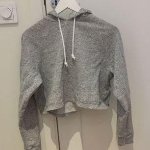 Grå croppad hoodie från H&M, bra skick och använd ett par gånger