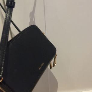 Stilren axelremsväska från Aldo, Väskan är i gott skick. Säljer pga väskan inte passar min stil längre :/ Möts upp i stockholm