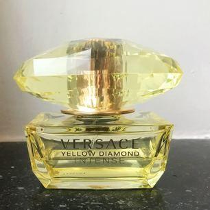 Parfym från Versace, Yellow Diamond 50 ml EDP.  Ca hälften kvar. Superfräsch, perfekt till sommaren och funkar dag som natt ✨💫⭐️  Frakt ingår i priset! 🌸