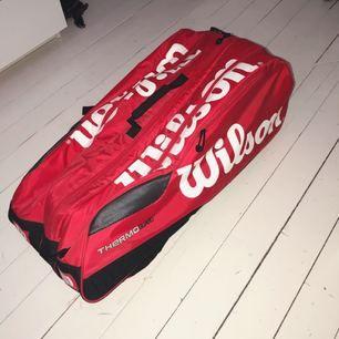 Tennis väska från Wilson, tre stycken fack som tennisrack får plats i. Använd enstaka gånger så i nyskick. Köpt för ca 1200kr. Frakt 140kr