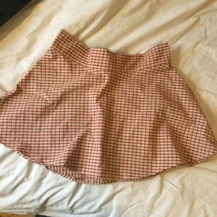 hemmasnickrad kjol! kan va lite ojämn i sömmarna och så men absolut går den att använda! fri frakt!
