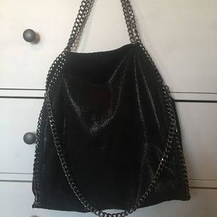Säljer denna fake Stella McCartney väskan! Använd fåtal gånger! Den är i bra skick utan hål eller fläckar! Frakt: 50-70kr  Pm för mer info och bilder ❤️😊