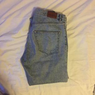 ripped mom jeans från monki! väl använda men bra skick, fri frakt!