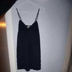 Mörkblå Ralph lauren Denim&supply-klänning. Den är dock ganska liten i storleken (speciellt över brösten) så skulle snarare säga att den är en XS. Tar swish!