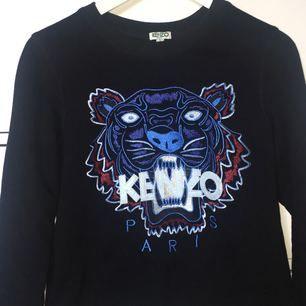 Säljer denna snygga kenzo tröja! Använd en gång så den är o bra skick utan hål eller fläckar! Pm för mer info och mer bilder😊 (Ignorera mitt fula gips på bilderna😂)