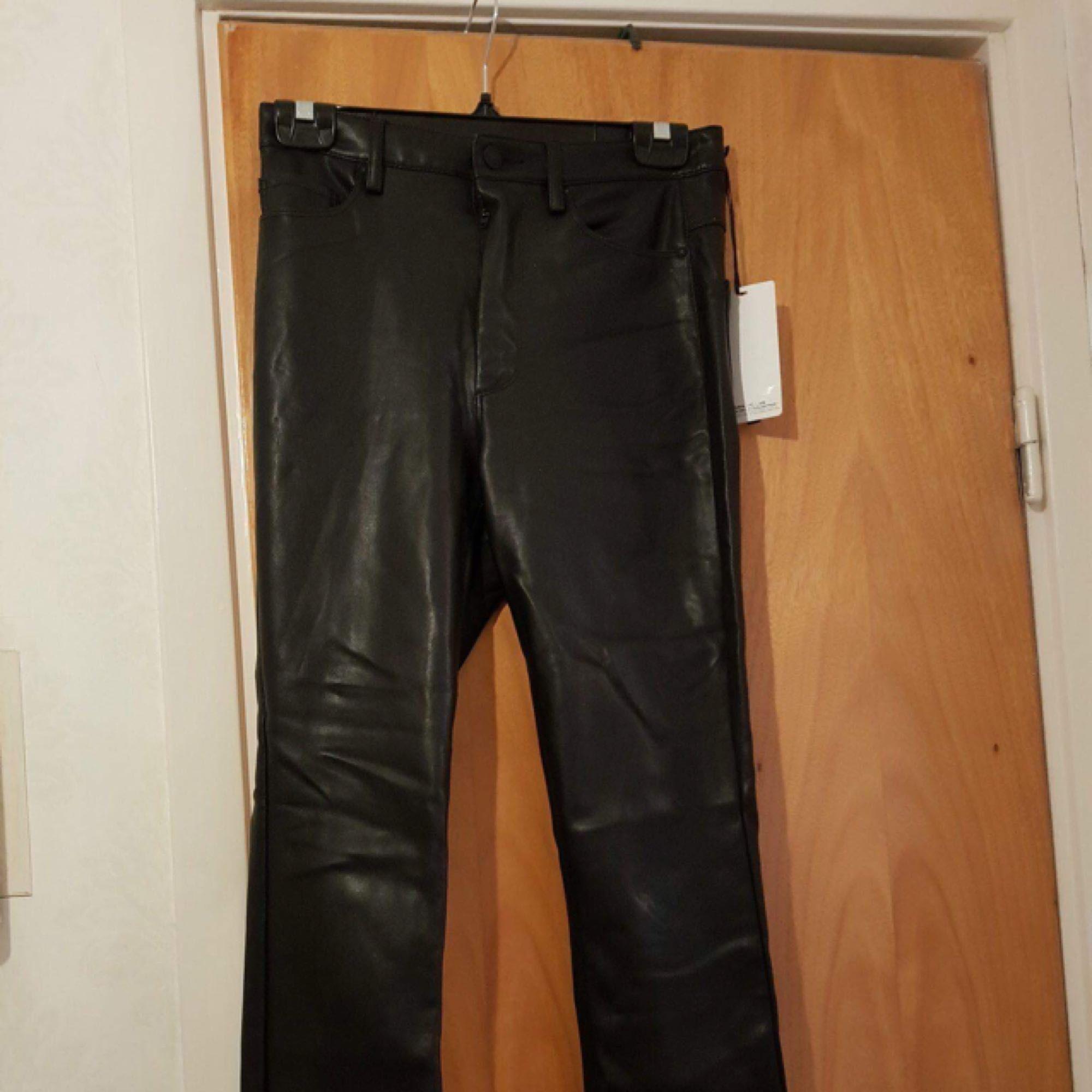 Helt nya skinnbyxor från zara. Supersnygga med hög midja, tyvärr något för små för mig. Jeans & Byxor.
