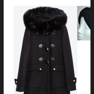 Duffel i ull med en helt fantastisk fuskpälsluva som ser riktigt lyxig ut. Nypris över 1.000kr.  Priset är inkl ev frakt.