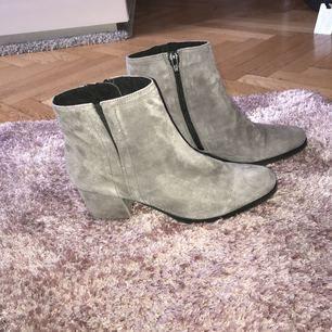 Korta gråa booties från Tamaris köpta för 799kr (på rean) i Bromma Blocks. Använda 2 gånger, jätte bra skick! Jätte bekväma och snygg färg! Pris kan diskuteras. Storlek 37 men är lite stora i storlek, då jag brukar alltid ha 38 i skor.😊😁
