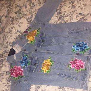 Jeansjacka från Prettylittlething, bara hängt i garderoben (använd typ 1 gång). Frakt ingår i priset!