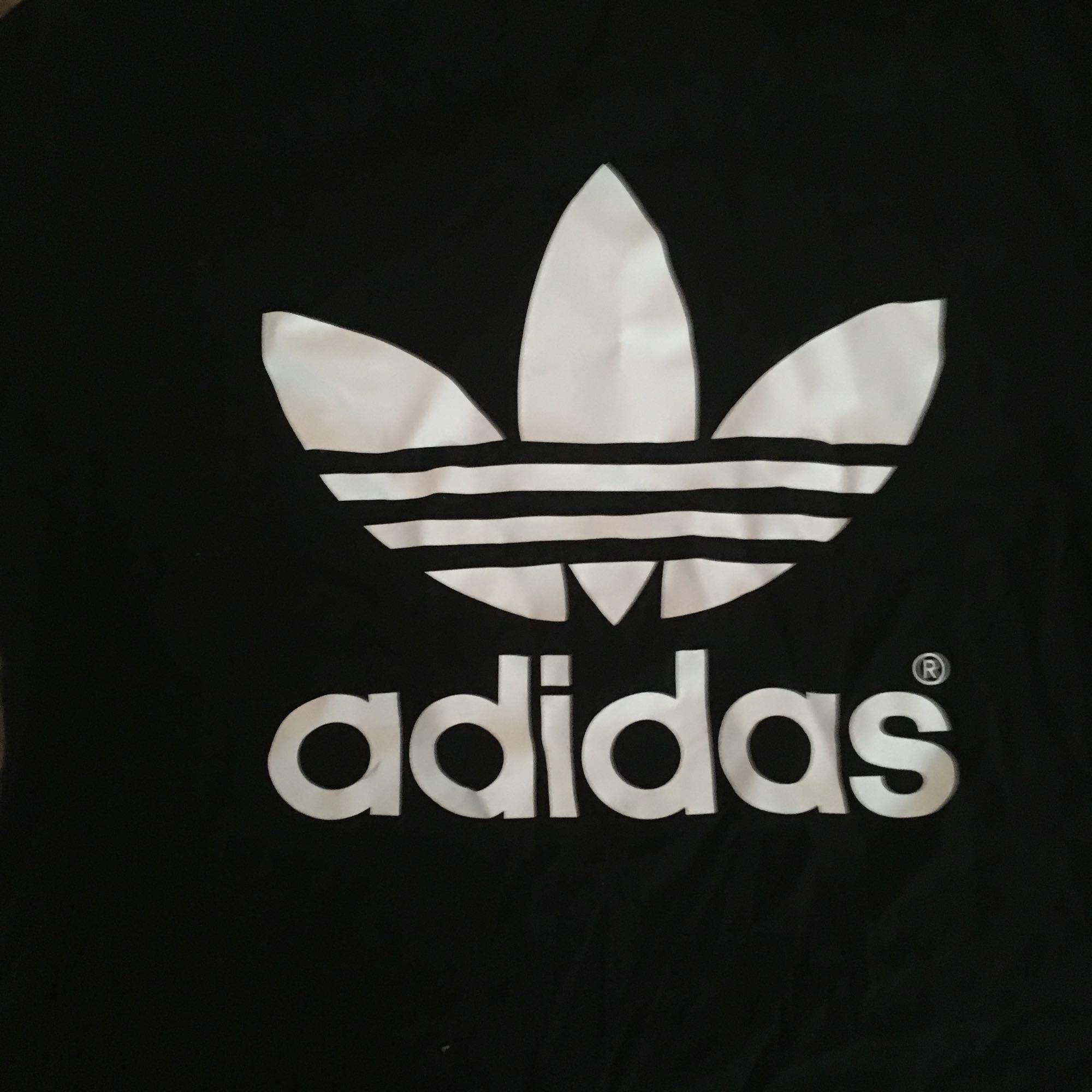Adidas polo köpt i London. Sitter som n S. . Toppar.