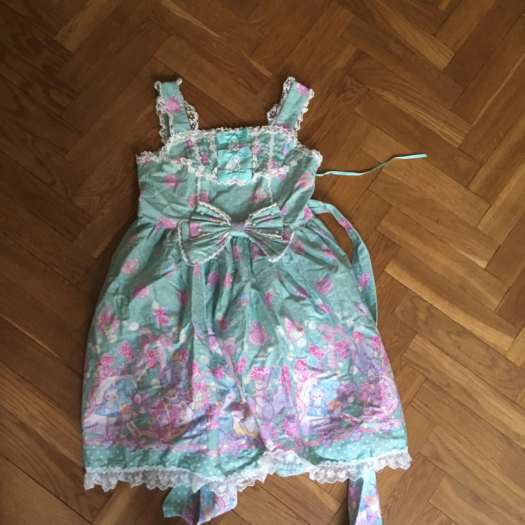 Lolita klänning från Bodyline, står ingen storlek men finns reglerbar midja, axelband samt korsett i ryggen . Klänningar.