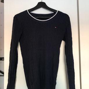 Jättefin kabelstickad tröja från Tommy Hilfiger