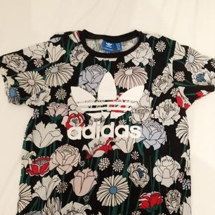 Skit snygg adidias T-shirt. Säljer då jag inte använder den.