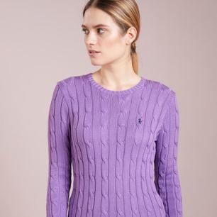 Säljer jätte fin lila (julianna) kabelstickad tröja från Polo Ralph Lauren i storlek XS. Nypris 1199kr. Knappt använd, säljs pga används inte. Modellen kommer från zalando kan se mer passform.