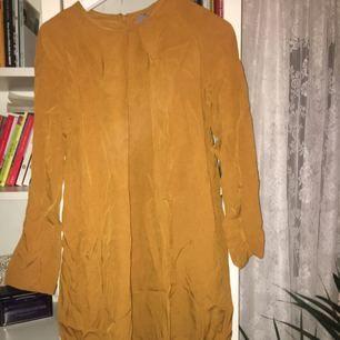 Klänning från märket COS. Endast använd 1 gång, säljs för 200kr i storlek 40🌸