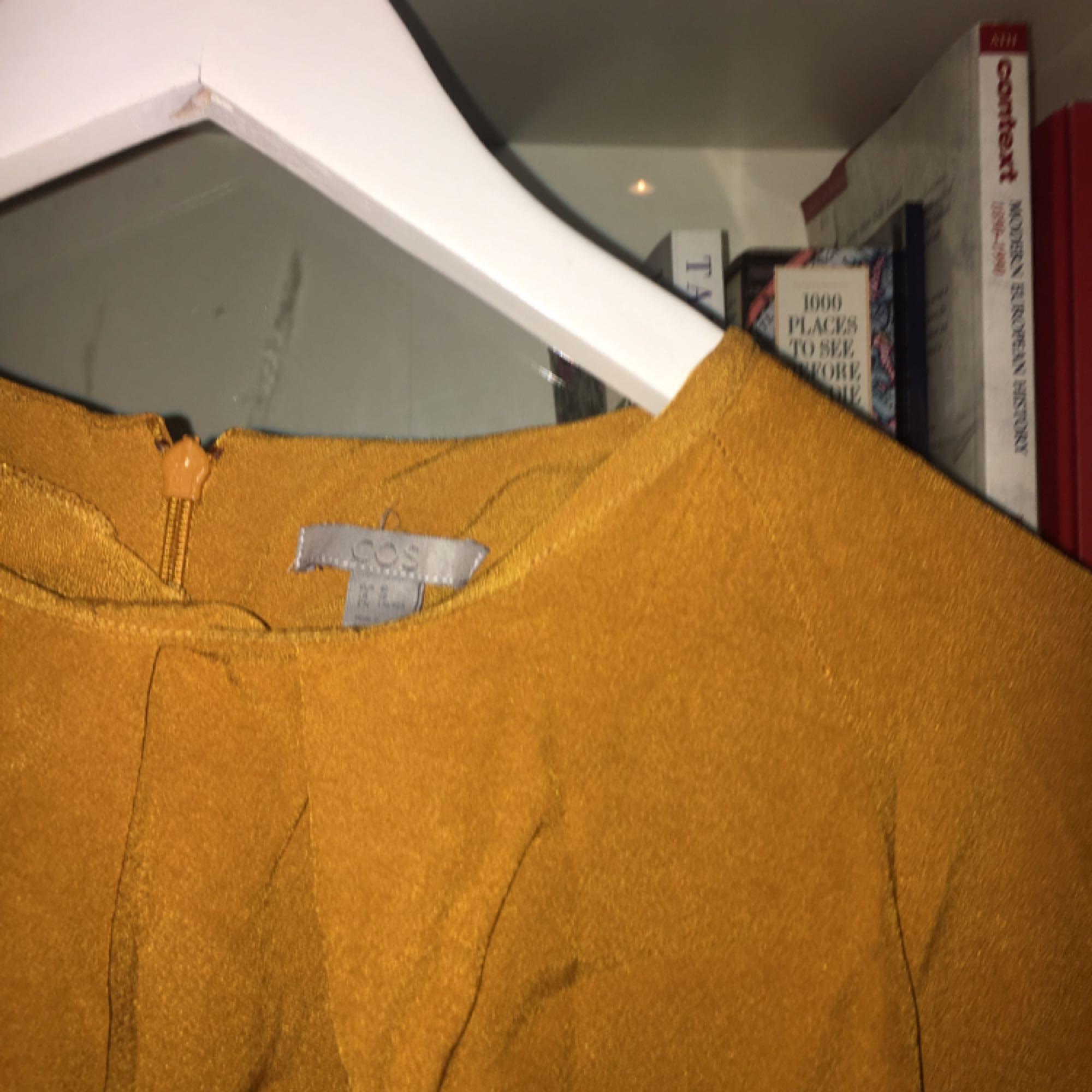Klänning från märket COS. Endast använd 1 gång, säljs för 200kr i storlek 40🌸. Klänningar.