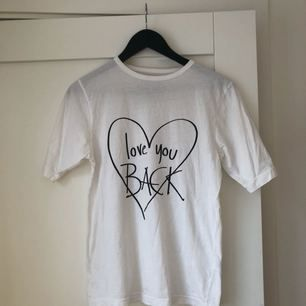 """""""I love you BACK"""" t-shirt från Ann-Sofie Back! Såldes i limiterad upplaga. Lite längre armar som jag tycker gör den väldigt smickrande :) köpare står för frakt! 🌼 passar även en 36"""