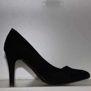 Svarta klackar med 7 cm klack i mockaimitation, storlek 38 av märket Duffy. Skorna har spetsiga tår, vilket är en trend 2018! Använda men fortfarande fina! Möts endast upp i centrala Stockholm.