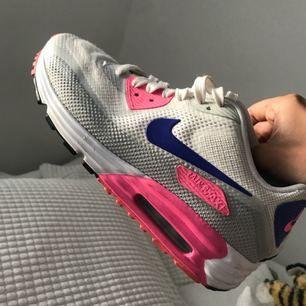 Nike Airmax använda några gånger, går att tvätta då ser dom helt nya ut! Jättesköna