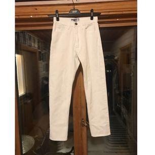 Vita jeans som aldrig är använda 👖  Det står storlek L i dom med det är storlek 34 och midjan är ca 28-27 beroende på hur man vill att dom ska sitta. Kan fixa mer mått om du är intresserad.  Kan skickas men då står köparen för frakt. 48kr inte spårbart, 58kr spårbart. 📮  Det finns katter i hemmet 🐈