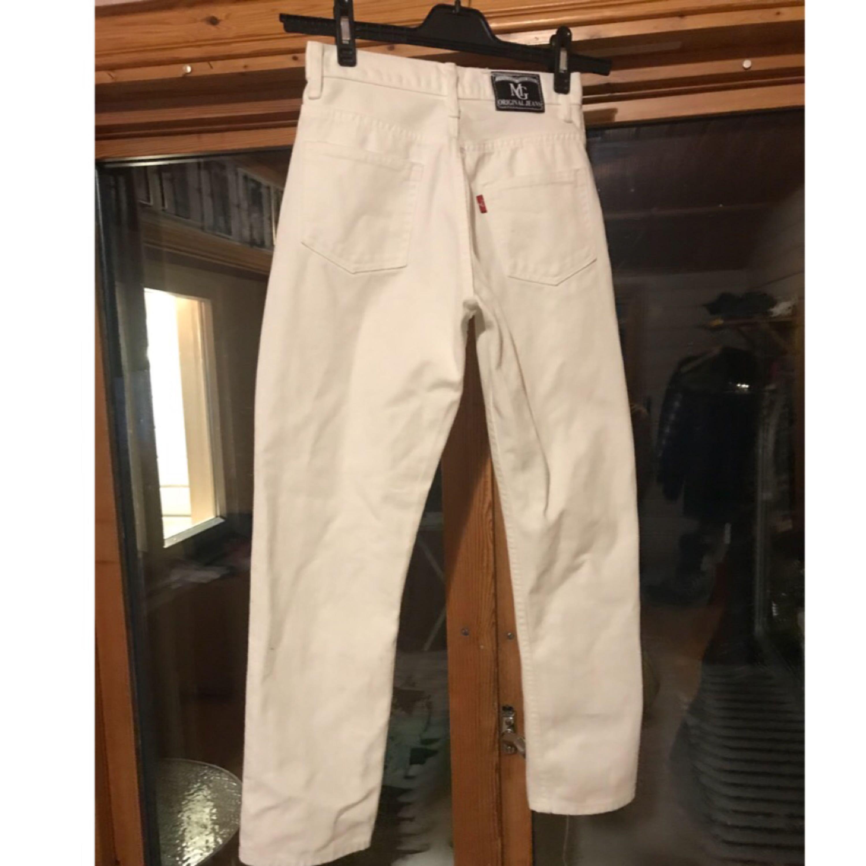 Vita jeans som aldrig är använda 👖  Det står storlek L i dom med det är storlek 34 och midjan är ca 28-27 beroende på hur man vill att dom ska sitta. Kan fixa mer mått om du är intresserad.  Kan skickas men då står köparen för frakt. 48kr inte spårbart, 58kr spårbart. 📮  Det finns katter i hemmet 🐈. Jeans & Byxor.