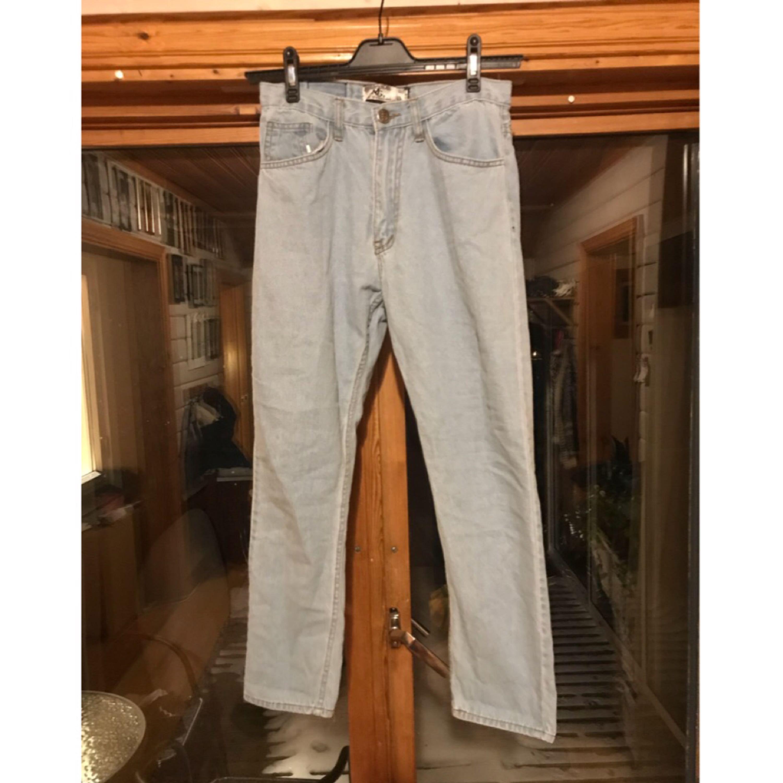 Ljusa jeans som aldrig är använda👖  Det står storlek L i dom med det är storlek 34 och midjan är ca 28-27 beroende på hur man vill att dom ska sitta. Kan fixa mer mått om du är intresserad.  Kan skickas men då står köparen för frakt. 48kr inte spårbart, 58kr spårbart. 📮  Det finns katter i hemmet 🐈. Jeans & Byxor.