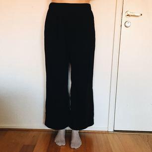 Basic svarta byxor som har riktigt bra passform! Sjukt snygga👍🏼 men tyvärr lite för stora för mig som har strl S/M.. frakt ingår i priset ✨✨