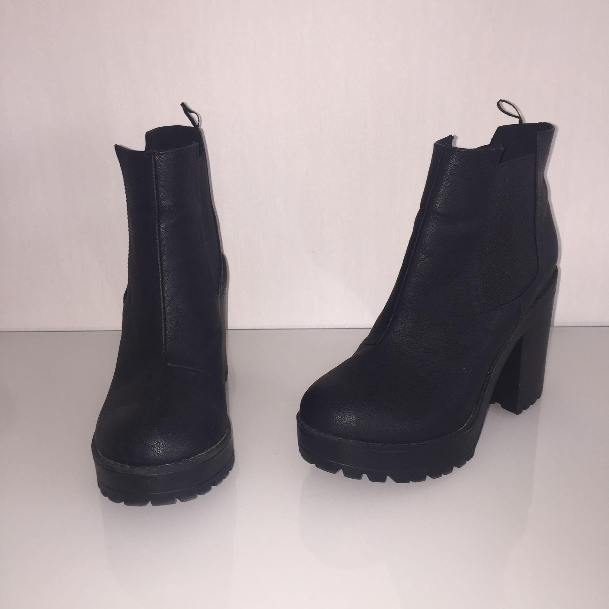 bb9a2a4a51b8 Nästan helt oanvända högklackade boots från hm. Säljer pågrund av att de  blivit försmå för ...