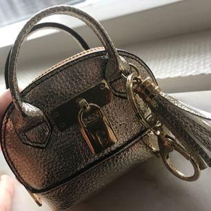 Charmig nyckelknippa med miniatyr väska , ny