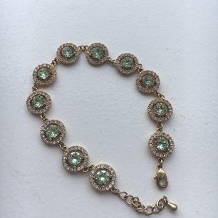 Superfint armband från lily and rose i guld, knappt använd! Nypris: 999kr (modell: Miranda Crystal)