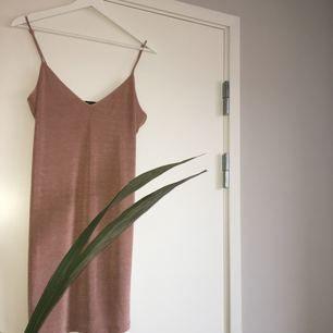 Oanvänd klänning från Zara. Funkar for både S Og M beroende på hur loose man vill ha den. Frakt tillkommer.