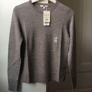 Helt ny och oanvänd tröja från Uniqlo i varm merinoull (som inte sticks alls)! Klassisk modell, superskön och snyggt gråmelerad! Säljer för mindre än hälften av ursprungspriset!