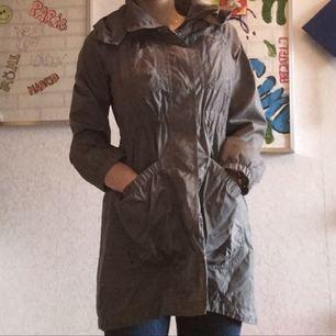 - lång regn jacka - grå oanvänd jacka - ordinarie pris 599kr