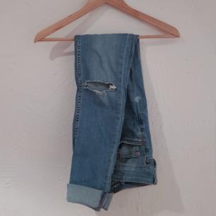 Snygga slim jeans med hål på knäna