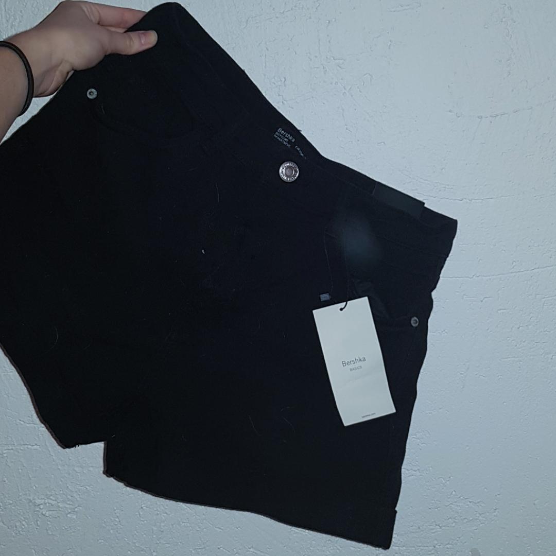 Helt nya shorts från Berska. Fick 2 par så säljer det ena. Mina favoritshorts och dom är mycket snyggare i verkligheten. Shorts.