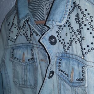 Figursydd jeansjacka från London som slutar perfekt ill höfterna. Sitter jättesnyggt på