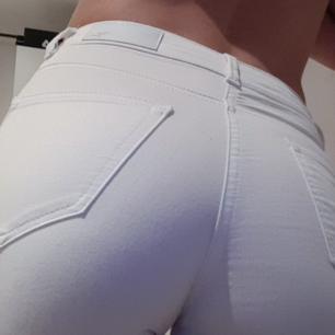 Helt nya vita jeans från BikBok