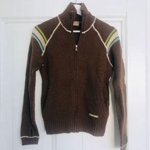 Varm härlig tröja i Ull från Cross. Perfekt till kalla dagar i skidbacken. Lite nopprig men fint skick! Hel och ren!