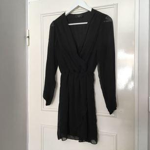 Klänning från Nelly.com. AX Paris. Superfin svart i tunnare material. Resår i midjan och kjol som faller omlott. Den perfekta lilla svarta! Aldrig använd.✨ köparen står för eventuell frakt💕