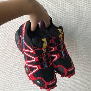 Helt oanvända Salomon Spikecross 3 CS vinterskor för löpning eller sånt på snö eller is. Storleken är EU 37 1/3 eller UK 4,5
