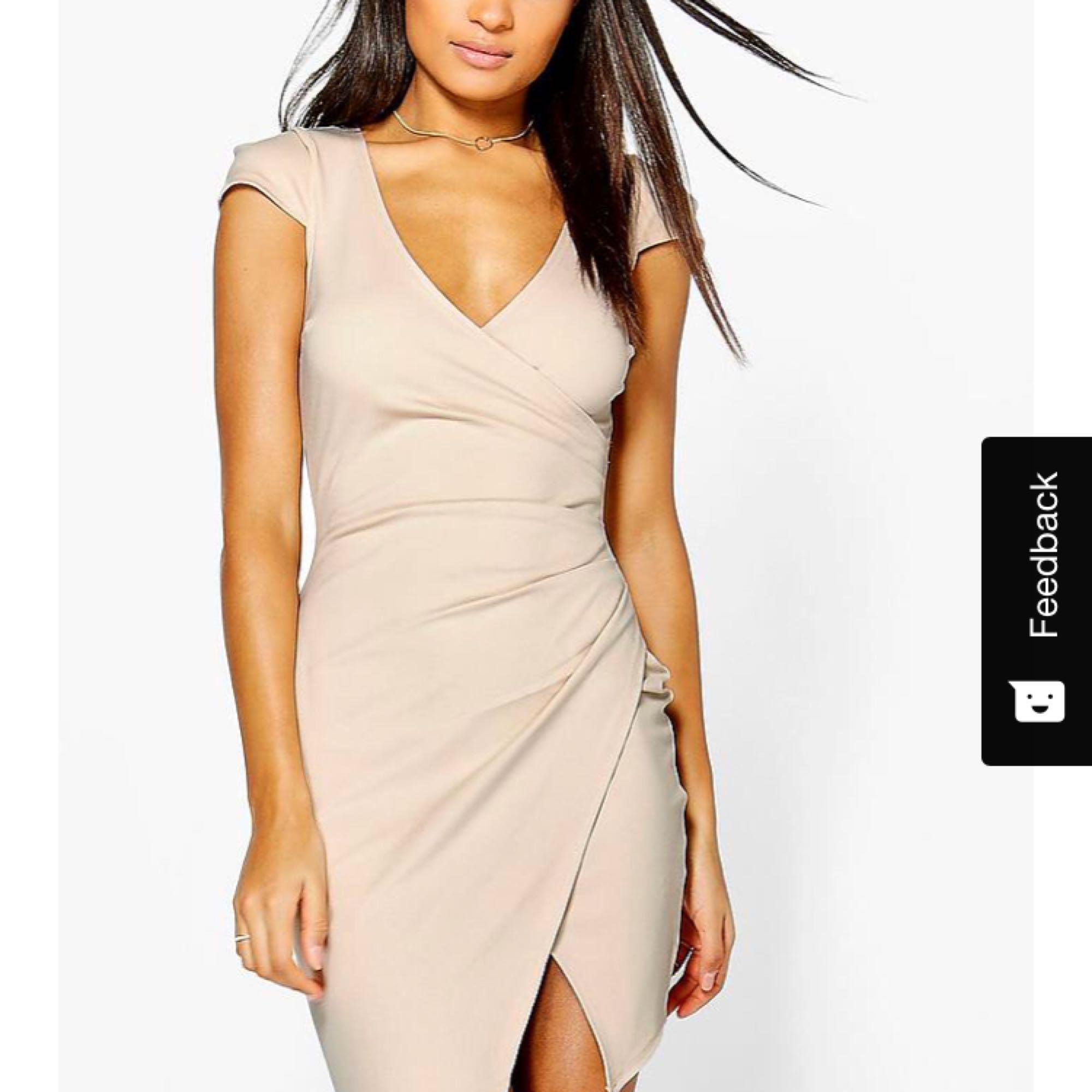 352895fe3156 Supersnygg beige klänning. Jättefin modell som är väldigt smickrande för  kroppen. Aldrig använd .