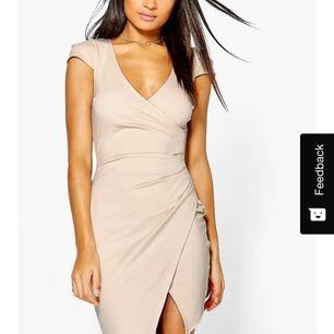 Supersnygg beige klänning. Jättefin modell som är väldigt smickrande för kroppen. Aldrig använd