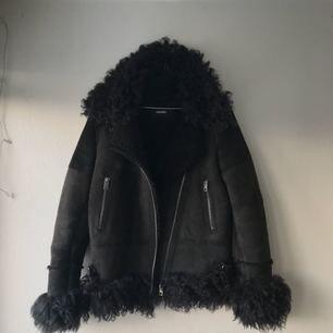 Diesel collar shearling sheepskin jacket i black 42. Jag är 162 cm o gillar den oversize. Från A/W13 tror jag, nypris ca 12 000