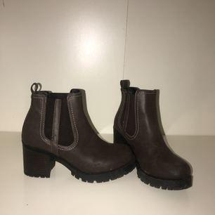 Snygga klackskor i brunt skinn/läder (vet ej material och vet ej om det är äkta men jag tror inte det! Köpta från Skopunkten. Storlek 38 och väldigt sköna för att vara klackskor!
