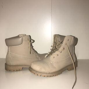 Beiga vinterskor köpta från JFR.se. En aning smutsiga men ändå i fint skick då dom inte alls är mycket använda. Storlek 39