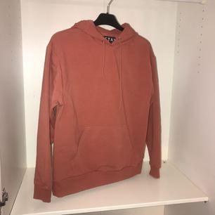 En helt ny hoodie från Carlings. Använd en gång! roströd/rosa färg med mysig insida! Storlek S. Frakt ingår i priset.