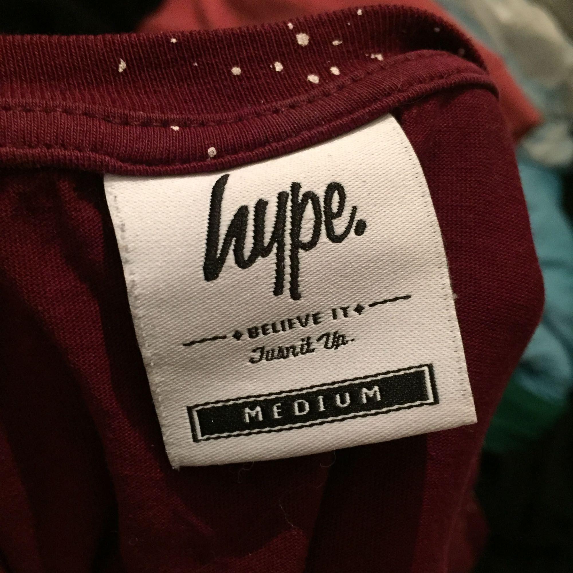 Oanvänd T-shirt från Hype. Org pris 399. Köparen står för frakt 50kr. Huvtröjor & Träningströjor.
